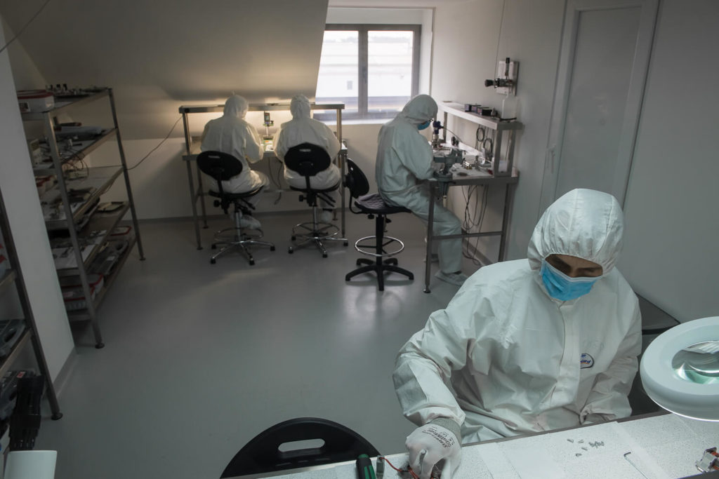 Cleanroom production for cryocoolers for IR sensors